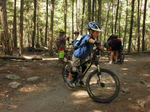 Crianças pedalando nas trilhas de whistler