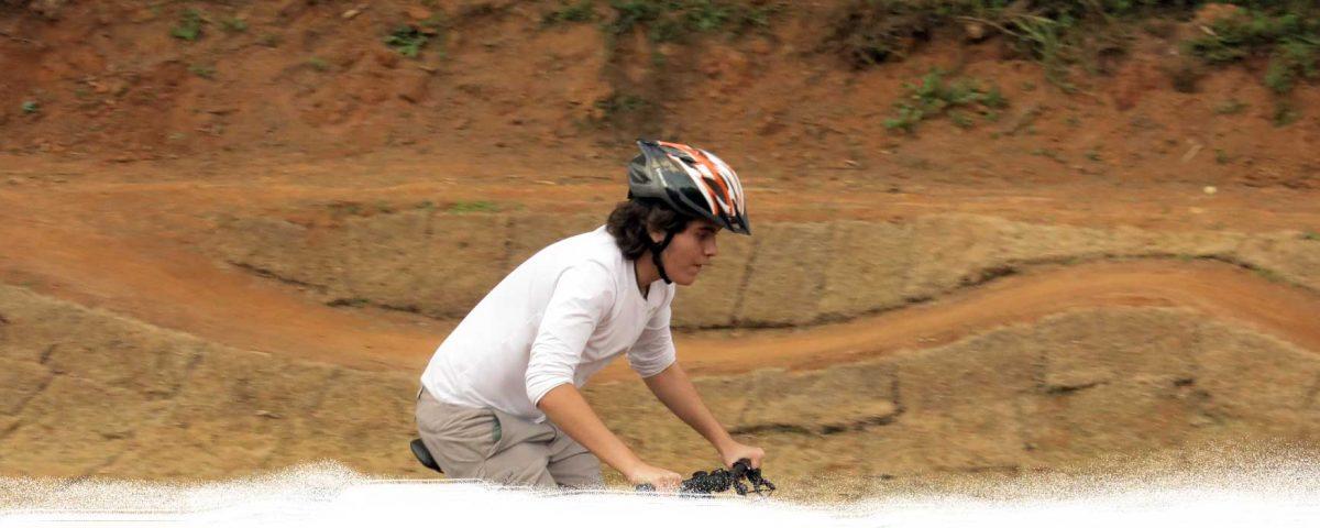 Ciclista iniciante praticando na área de pump track do Zoom Bike Park