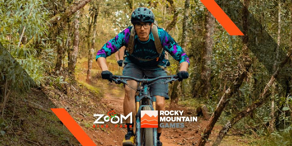 Homem em uma mountain bike fazendo trilha em meio à natureza.